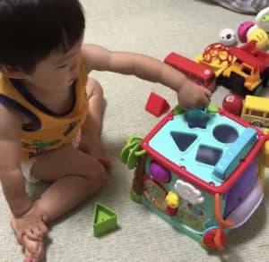 ラーニングボックスで遊ぶ息子