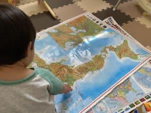 地図を見る息子