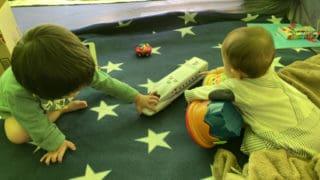 新幹線で遊ぶ子どもたち