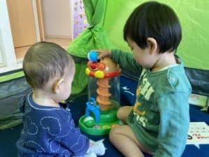 くるころタワーで遊ぶ息子と娘
